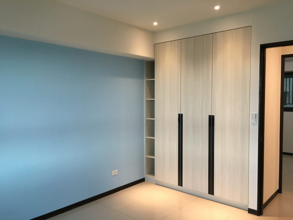 木工客製化搭配系統門板,是常見的裝潢選擇