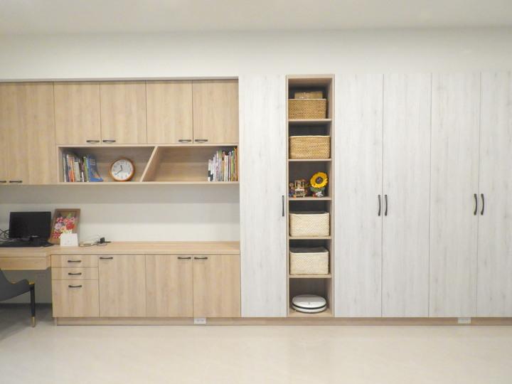 客廳牆面系統櫃體。PULO裝潢平台 皇鼎室內裝修鄭光薰 作品