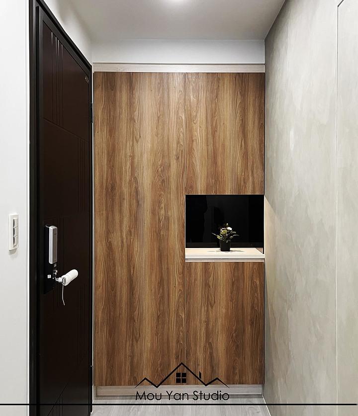 裝潢案例說明:玄關設計,一進門的小玄關,頂天的鞋櫃中間留了一個空,可以放鑰匙零錢口罩等等